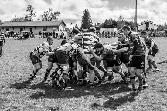 une mêlée de rugby, photo noir et blanc