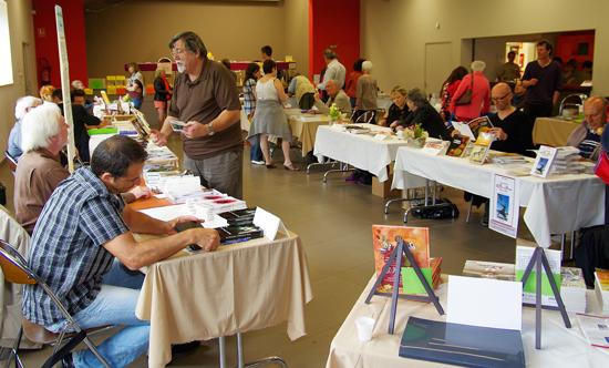 Vue de la salle des auteurs à la fête du livre de Roisey 2012