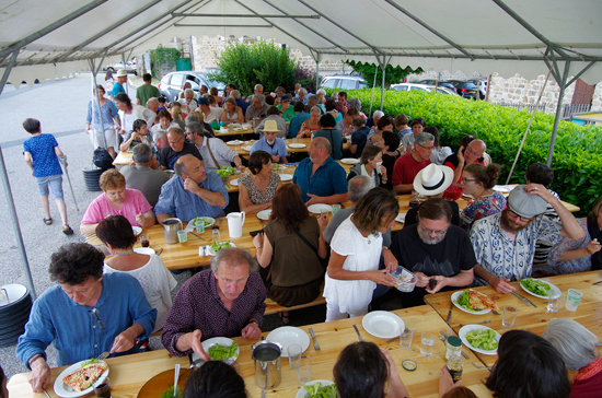 Le repas convivial à la fête du Livre de Roisey
